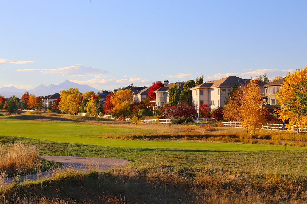 fall trees line neighborhood along golf course in the colorado springs real estate market